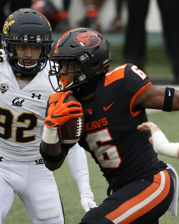 Oregon State Beavers running back Jermar Jefferson (6) runs the ball for a touchdown against the California Golden Bears during the first half at Reser Stadium.