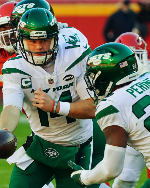 Jets Sam Darnold hands off to La'Mical Perine