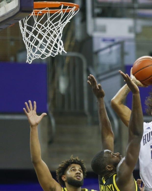 RaeQuan Battle drives to the basket against Oregon.