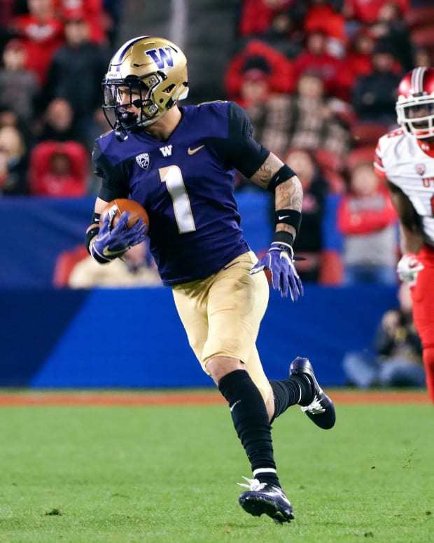 Nov 30, 2018; Santa Clara, CA, USA; Washington Huskies defensive back Byron Murphy (1) runs for a touchdown after an interception against Utah Utes wide receiver Siaosi Mariner (8) during the third quarter at Levi's Stadium. Mandatory Credit: Kelley L Cox-USA TODAY Sports