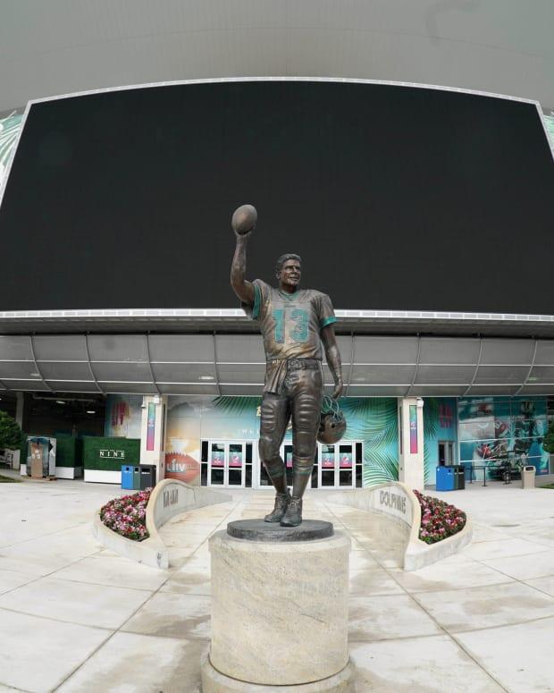 The Dan Marino statue in front of Hard Rock Stadium
