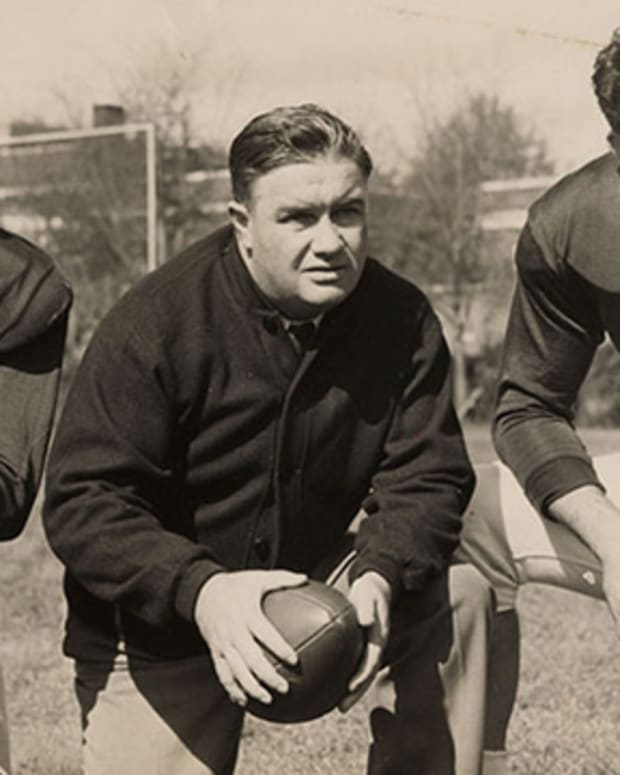 Alabama coach Frank Thomas, center, with quarterback Harry Gilmer, left, and center Vaughn Mancha.