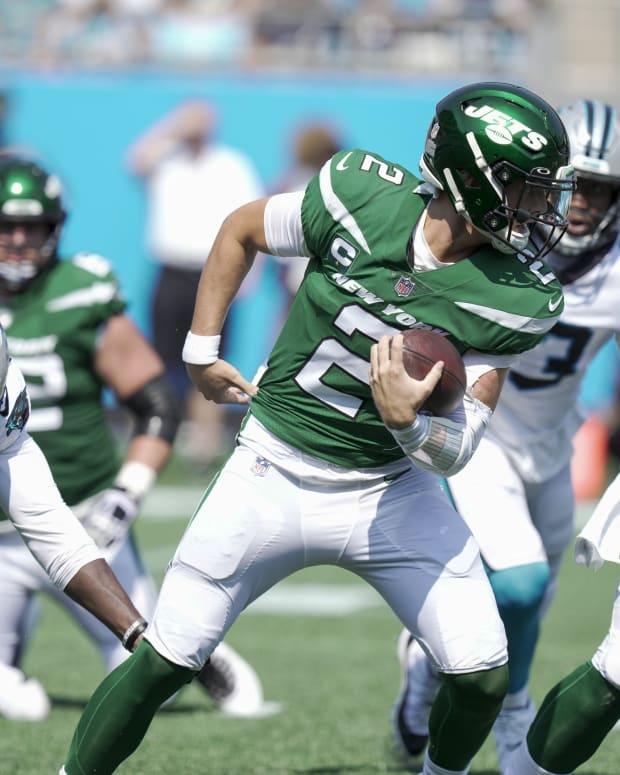 Jets quarterback Zach Wilson avoids sack