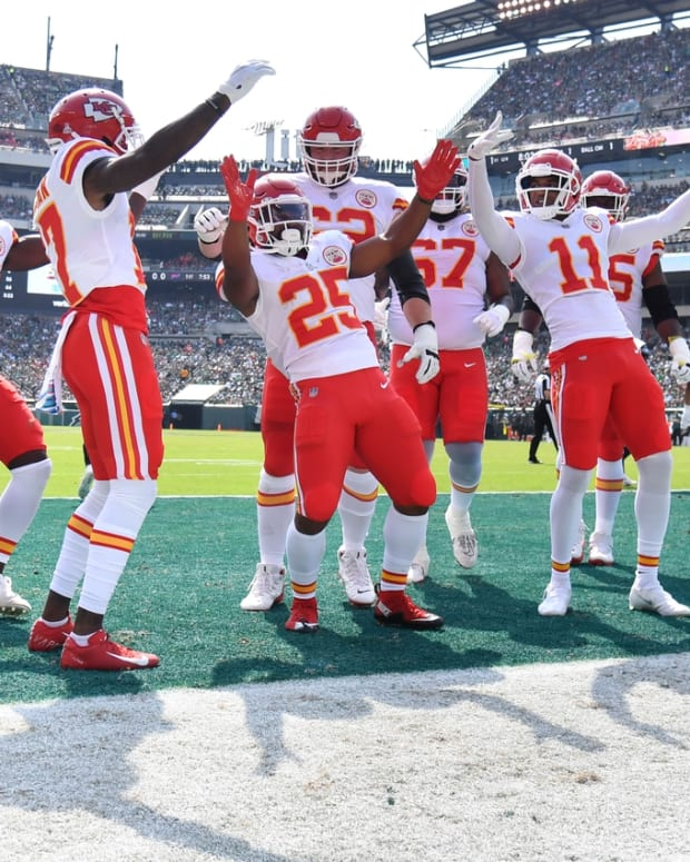 Oct 3, 2021; Philadelphia, Pennsylvania, USA; Kansas City Chiefs running back Clyde Edwards-Helaire (25) celebrates his touchdown with teammates against the Philadelphia Eagles during the first quarter at Lincoln Financial Field. Mandatory Credit: Eric Hartline-USA TODAY Sports