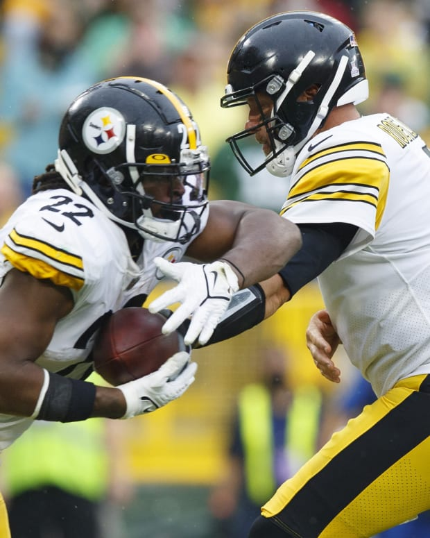 Pittsburgh Steelers quarterback Ben Roethlisberger (7) hands the football off to running back Najee Harris (22) during the first quarter against the Green Bay Packers at Lambeau Field.