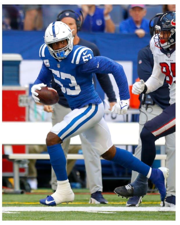 (L) Colts quarterback Carson Wentz (© Trevor Ruszkowski-USA TODAY Sports). (R) Colts linebacker Darius Leonard (© Robert Scheer/IndyStar / USA TODAY NETWORK).