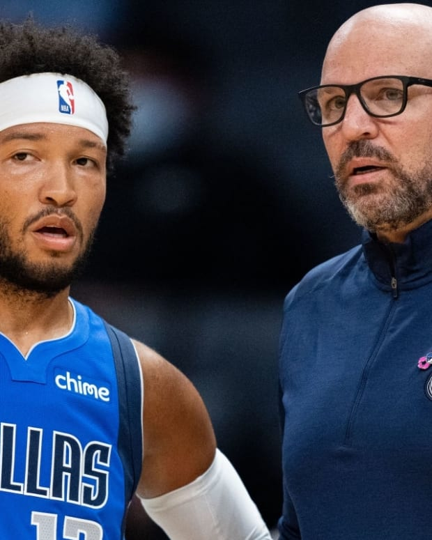 CHARLOTTE, NORTH CAROLINA - OCTOBER 13: Dallas Mavericks head coach Jason Kidd talks with Jalen Brunson #13 during their game against the Charlotte Hornets at Spectrum Center on October 13, 2021 in Charlotte, North Carolina. (Photo by Jacob Kupferman/Getty Images)