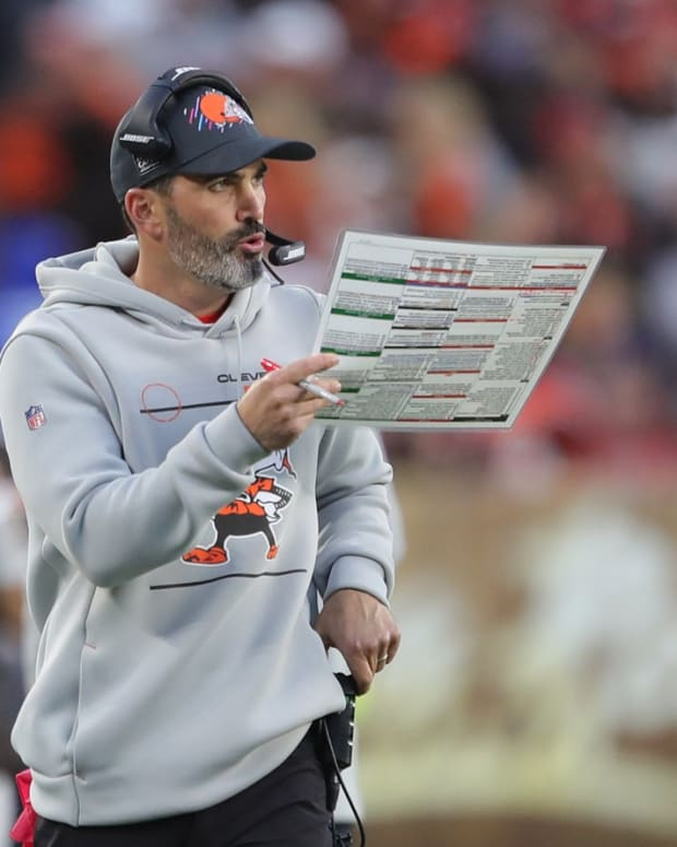 Cleveland Browns head coach Kevin Stefanski calls plays during the second half of an NFL football game against the Arizona Cardinals at FirstEnergy Stadium, Sunday, Oct. 17, 2021, in Cleveland, Ohio. [Jeff Lange/Beacon Journal] Browns 8