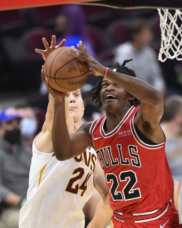 Oct 10, 2021; Cleveland, Ohio, USA; Chicago Bulls forward Alize Johnson (22) drives between Cleveland Cavaliers forward Lauri Markkanen (24) and center Evan Mobley (4) in the fourth quarter at Rocket Mortgage FieldHouse. Mandatory Credit: David Richard-USA TODAY Sports