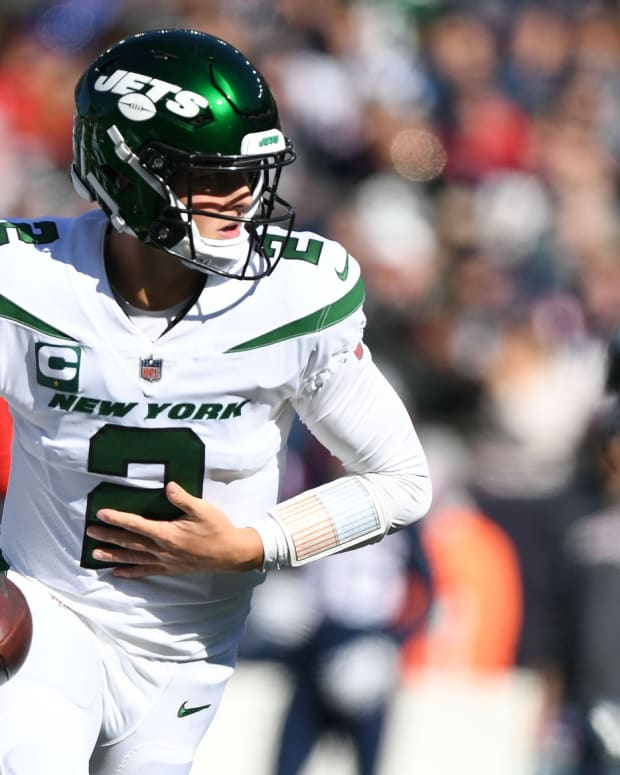 Jets QB Zach Wilson playing against Patriots