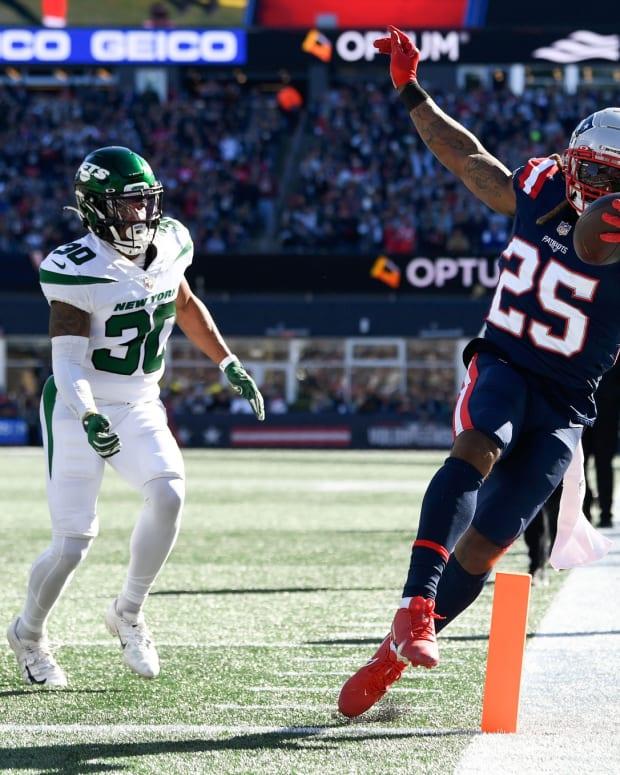 Patriots RB Brandon Bolden scores touchdown
