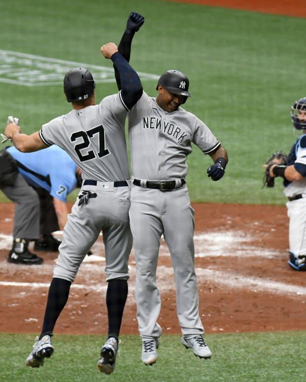 Yankees CF Aaron Hicks celebrates home run