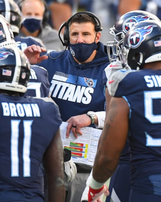 Tennessee Titans head coach Mike Vrabel celebrates with players after a touchdown against the Detroit Lions during the second half at Nissan Stadium.