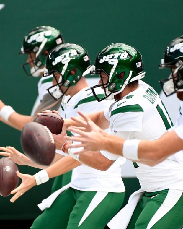 New York Jets quarterbacks warming up