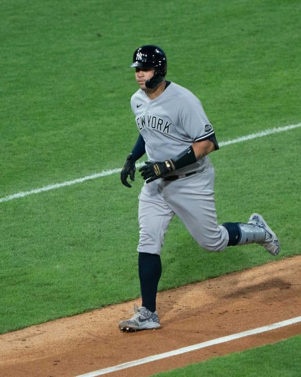 Gary Sanchez rounding bases