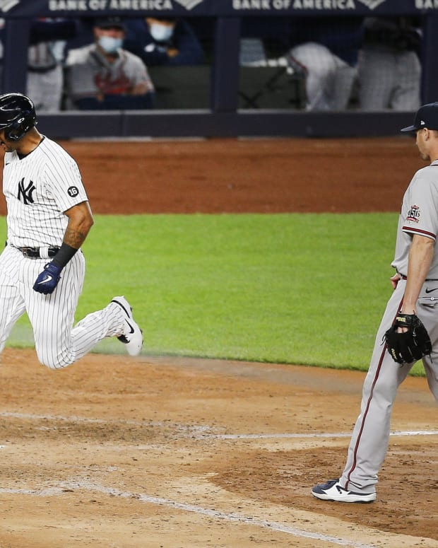 Yankees OF Aaron Hicks scores against Braves