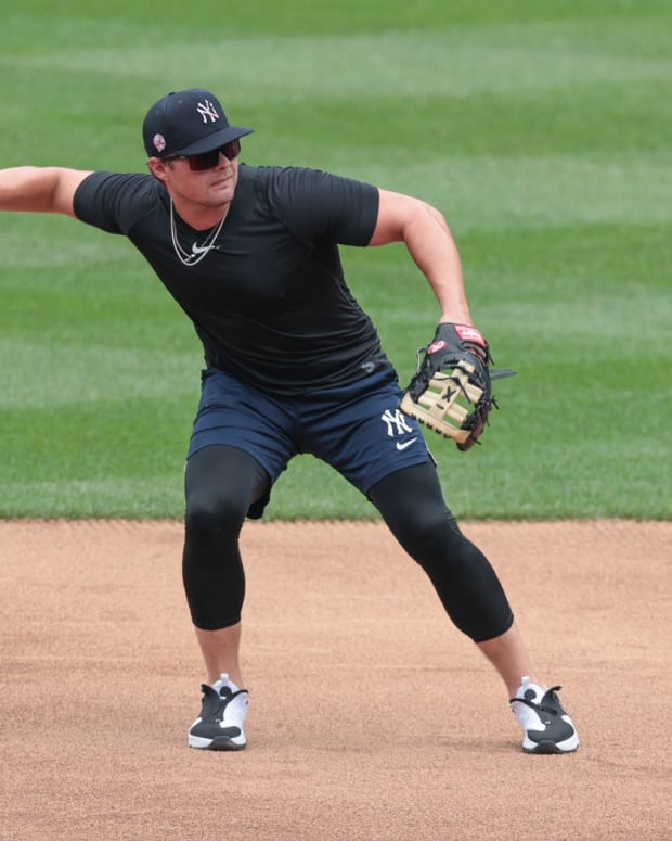 Yankees 1B Luke Voit fielding