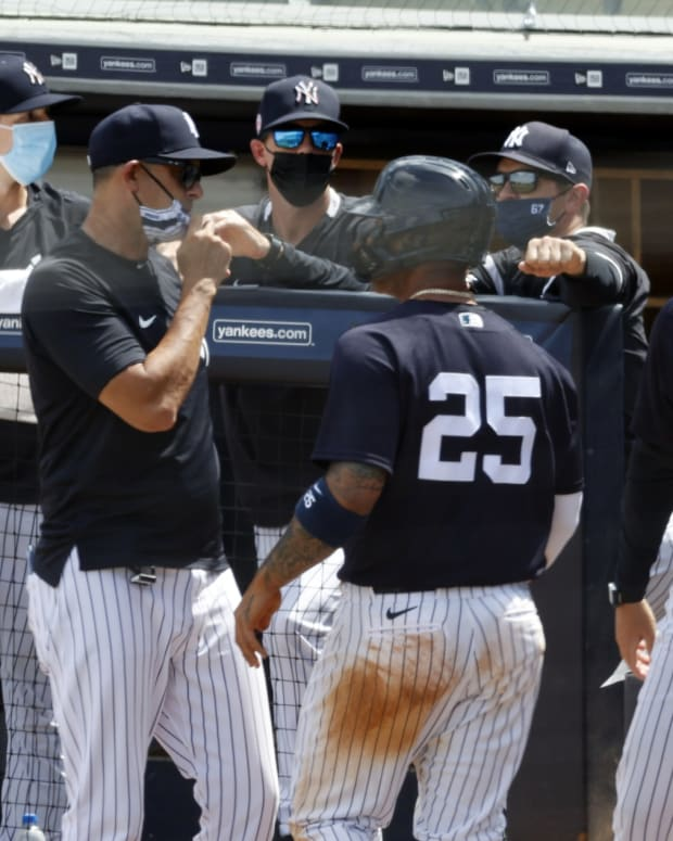 Aaron Boone talking to Gleyber Torres during spring training