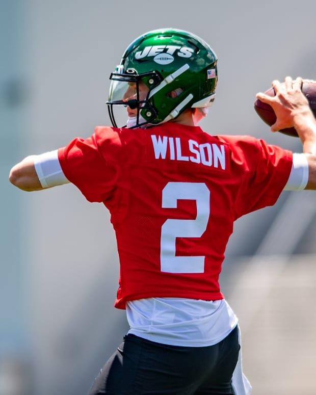 Jets quarterback Zach Wilson throws pass