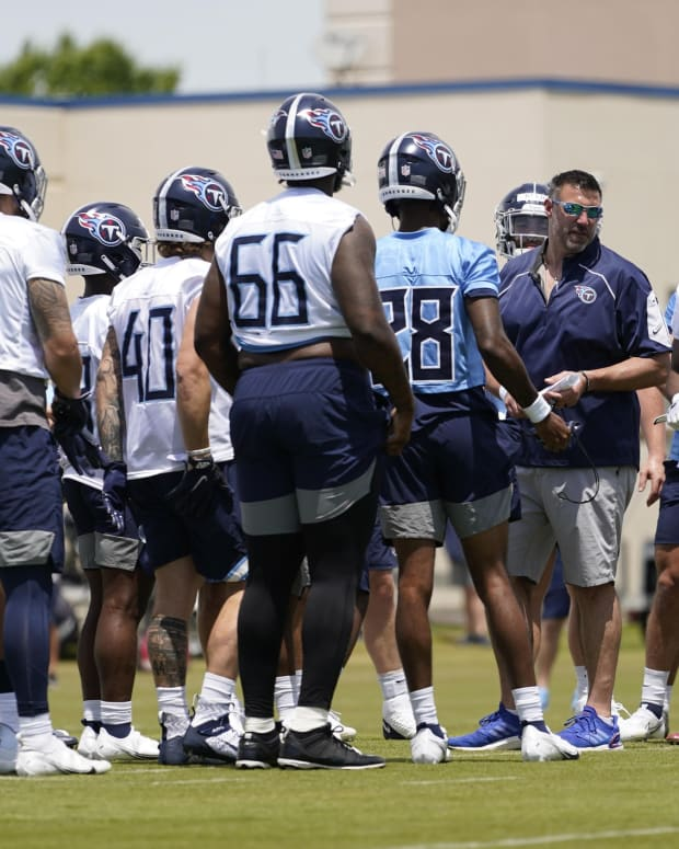 Tennessee Titans head coach Mike Vrabel talks with players during NFL football rookie minicamp Saturday, May 15, 2021, in Nashville, Tenn.