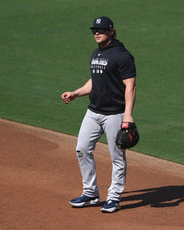 Yankees 1B Luke Voit practicing defense