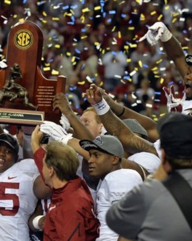 Jalston Fowler holds up the SEC championship trophy