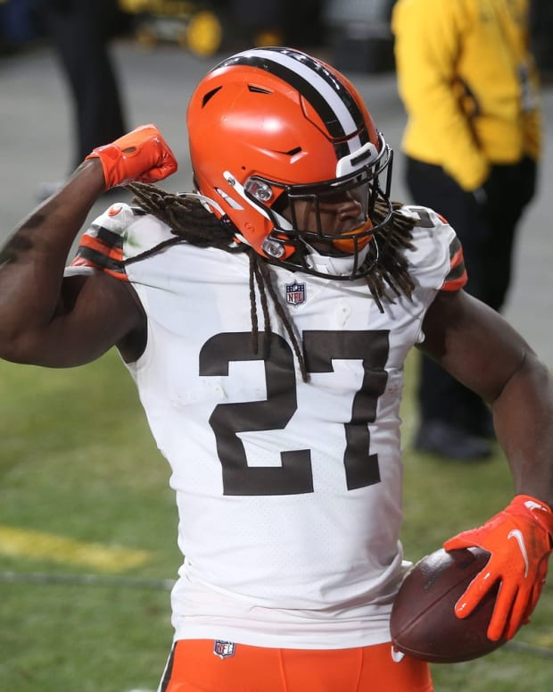 Cleveland Browns running back Kareem Hunt (27) flexes after scoring a rushing touchdown during the second half of an NFL wild-card playoff football game against the Pittsburgh Steelers, Sunday, Jan. 10, 2021, in Pittsburgh, Pennsylvania. [Jeff Lange/Beacon Journal] Browns Extras 18