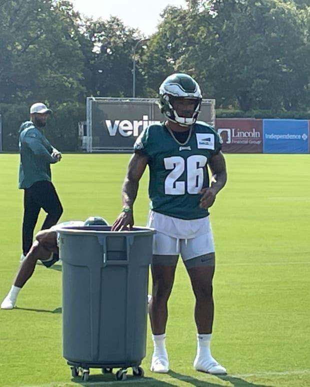 Miles Sanders catches footballs before practice