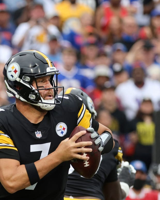 Bills Mario Addison comes from behind to sack Steelers quarterback Ben Roethlisberger causing a fumble.