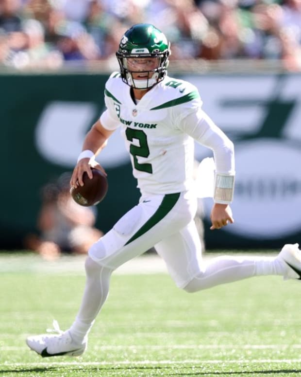 Jets QB Zach Wilson rolls out to pass