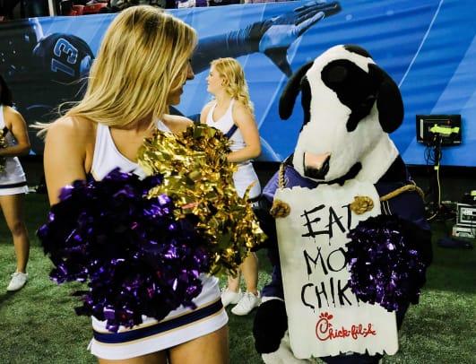 2016-1231-Washington-Huskies-cheerleader-Chick-fil-A.jpg