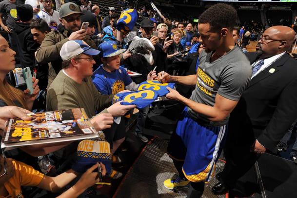 Stephen-Curry-fans.jpg