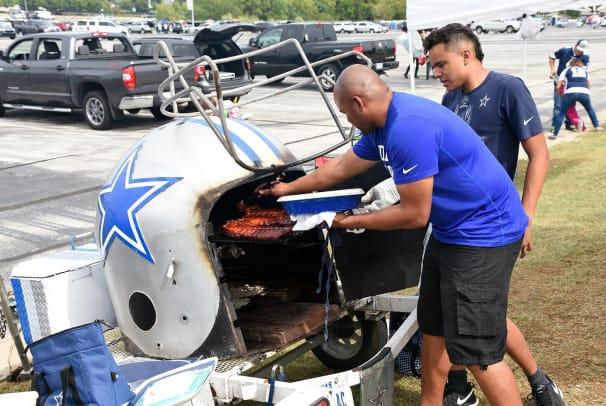 Dallas-Cowboys-fans-tailgating-SI579_TK1_00553.jpg