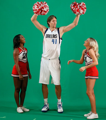 Dallas-Mavericks-Dirk-Nowitzki-pom-poms-cheerleaders.jpg