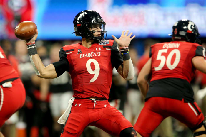 Cincinnati Bearcats midfielder Desmond Ridder (9) throws in the fourth quarter during the Chick-fil-A Peach Bowl against the Georgia Bulldogs, Friday, January 1, 2021, at the Mercedes-Benz Stadium in Atlanta.