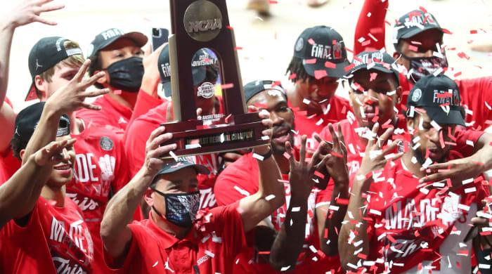 Houston basketball coach Kelvin Sampson celebrates his team's victory against Oregon State.