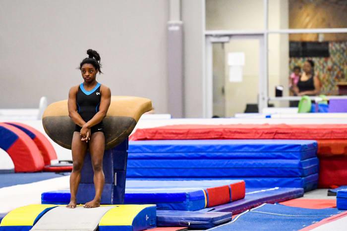 Biles s'entraînerait normalement dans sa salle de sport à Spring, au Texas, mais est plutôt coincée à la maison, où elle prend ses distances avec juste son chien, Lilo.