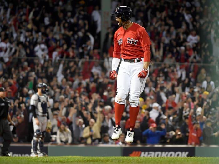 5 octobre 2021;  Boston, Massachusetts, États-Unis;  La réaction courte de Xander Bogarts (2) des Red Sox de Boston après avoir frappé un doublé à domicile contre les Yankees de New York au cours de la première moitié de leur match NBA Wild Card à Fenway Park.