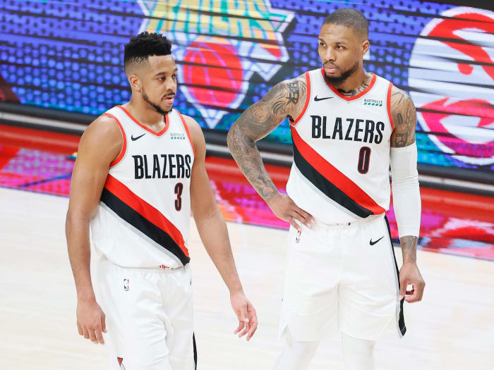 Portland Trail Blazers El portero CJ McCollum (3) y el portero Damien Lillard (0) regresan al campo después de un respiro durante la segunda mitad del tercer juego de la primera ronda.