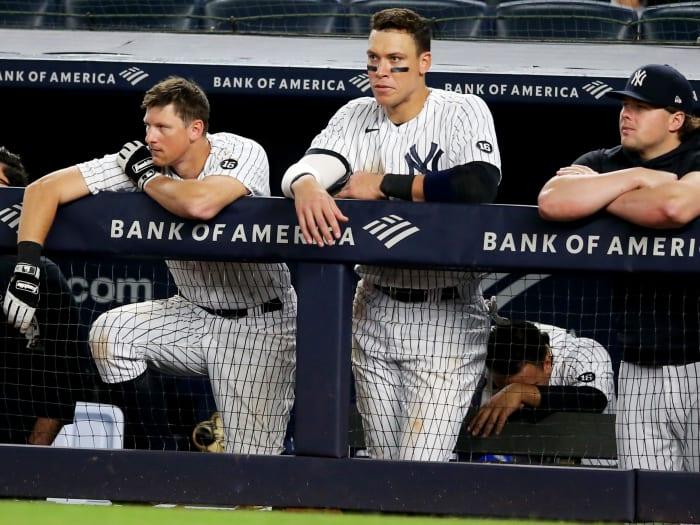 4 de junio de 2021;  Bronx, Nueva York, Estados Unidos;  New York Yankees All-D.J. Limaheu (26), el lateral derecho Aaron Judge (99) y el primera base lesionado Luke Voight (59) miran desde el búnker durante el noveno juego contra los Boston Red Sox en el Yankee Stadium.