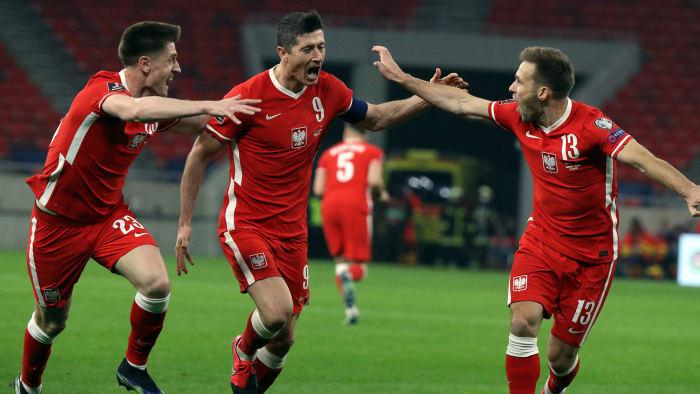 Robert Lewandowski scores for Poland in World Cup qualifying