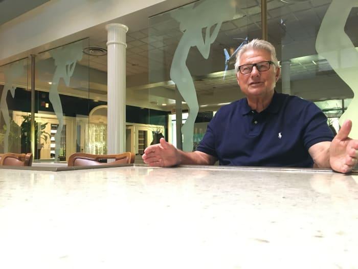 Cary Shahid, ein ehemaliger Linebacker aus Kentucky und langjähriger Besitzer des Ocean Club, spricht aus seinem mondänen Restaurant in der Gegend von Sandestin.