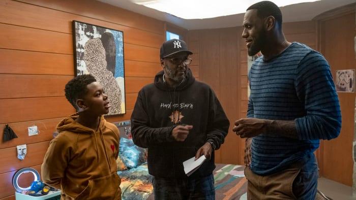 """(De izquierda a derecha) Cedric Joe, el director Malcolm D. Lee y LeBron James en el set de """"SPACE JAM: A NEW LEGACY"""", un lanzamiento de Warner Bros. Pictures."""
