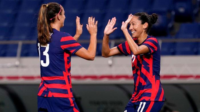 Alex Morgan y Kristen Press de USWNT celebran un gol contra Nueva Zelanda