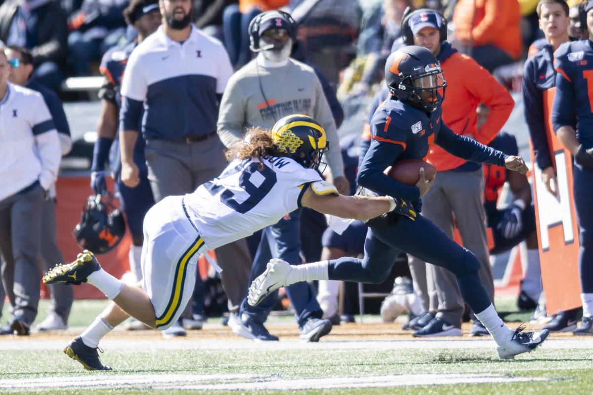 Michigan linebacker Jordan Glasgow (29) tackles Illinois quarterback Isaiah Williams (1) during the first half of Michigan's 42-25 win at Memorial Stadium.