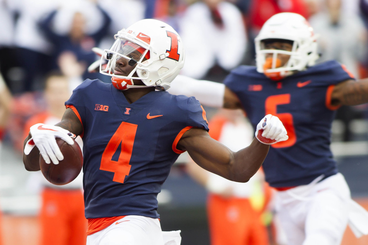 Illinois wide receiver Ricky Smalling (4) scores a touchdown against Minnesota during the second quarter of a 2018 game at Memorial Stadium.