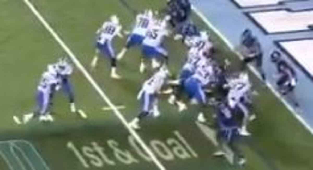 Gray (87 in white, right) never even turns toward Ford (behind him)
