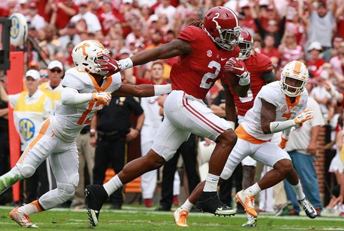 Alabama running back Derrick Henry runs through Tennessee