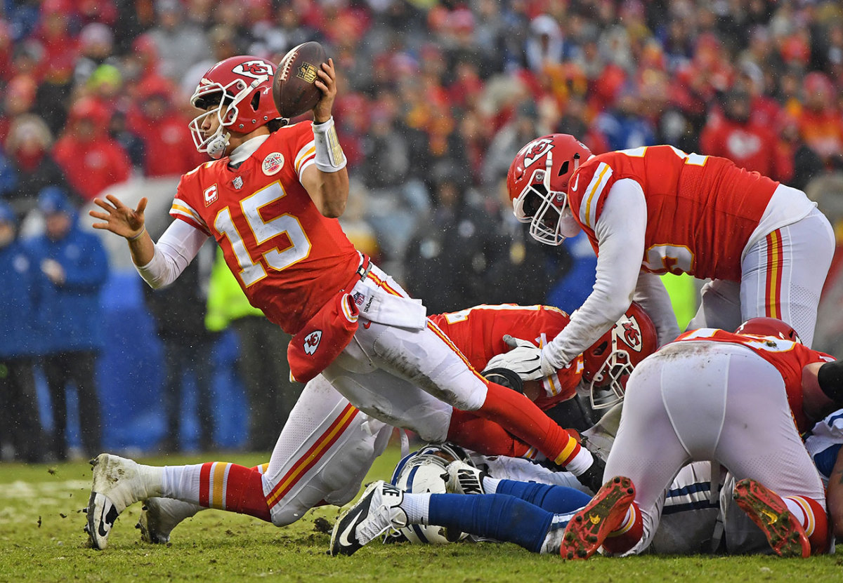 chiefs-mahomes-colts-lefthanded.jpg