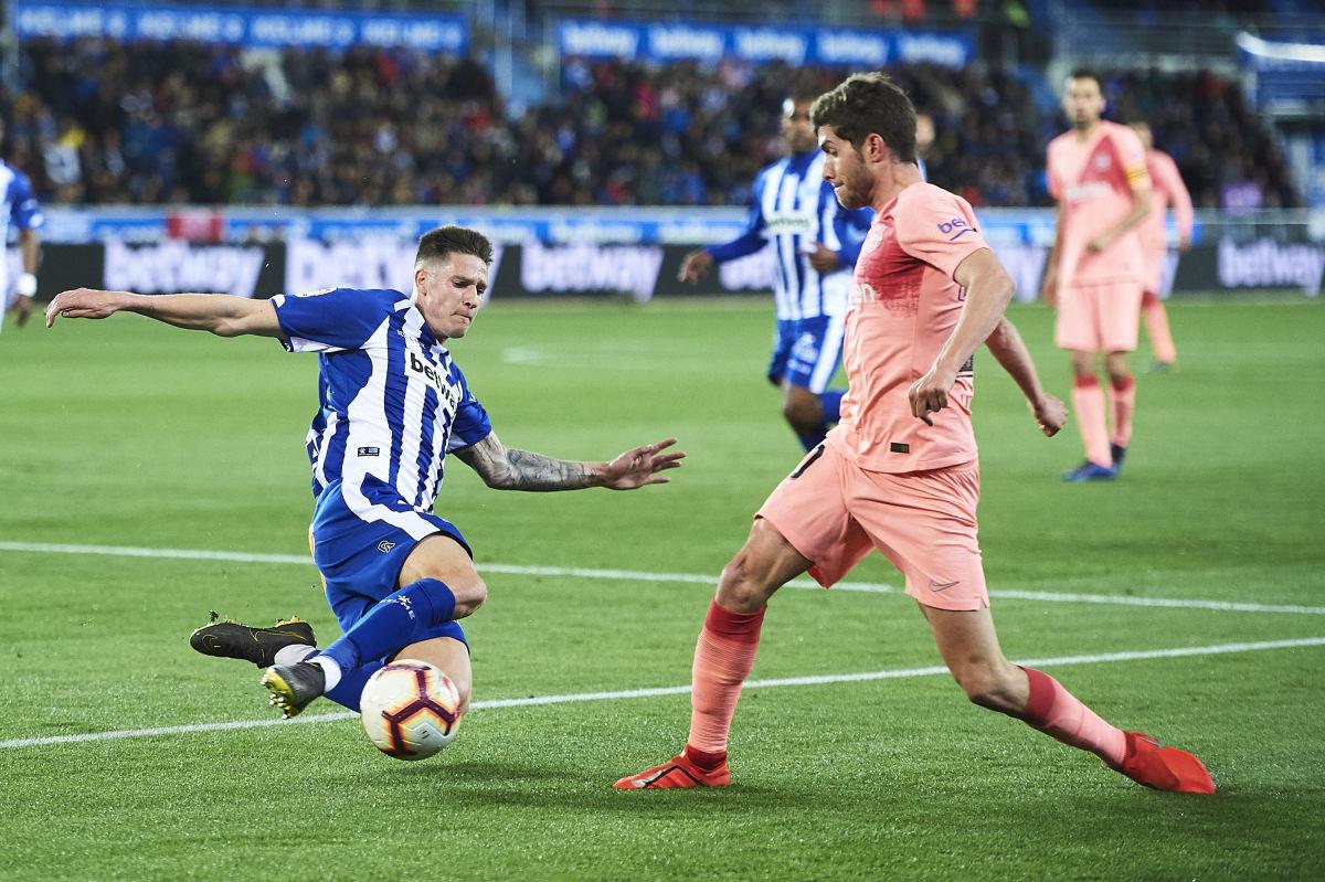deportivo-alaves-v-fc-barcelona-la-liga-5cbf80bd973c42d49f000001.jpg